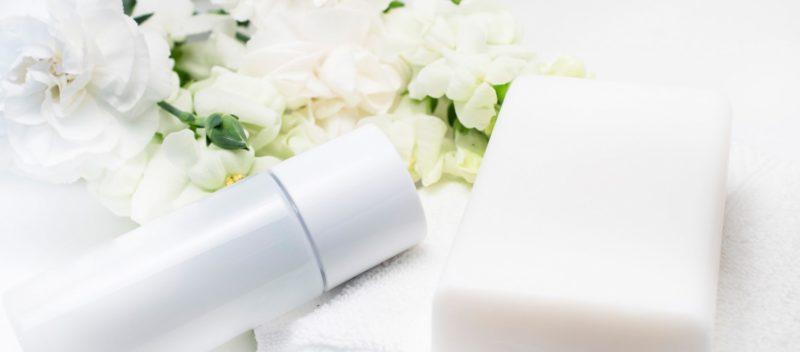 石鹸と化粧ボトル