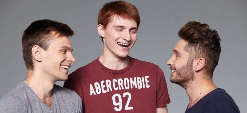 談笑する三人の男性