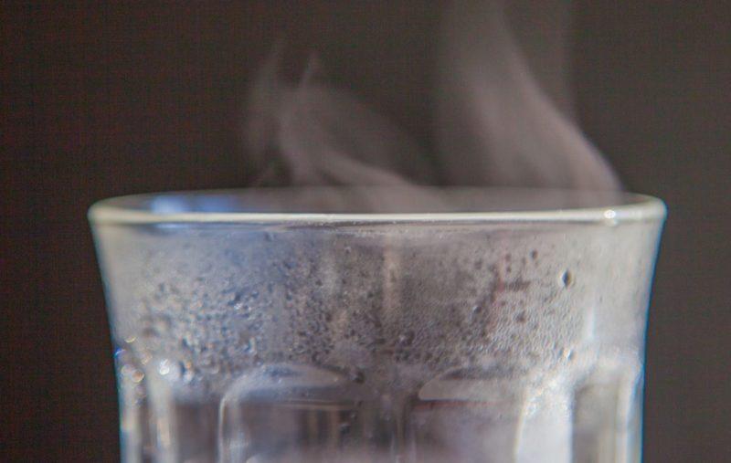 グラスに注がれたお湯