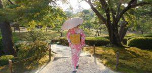 紫外線対策で日傘をさす女性
