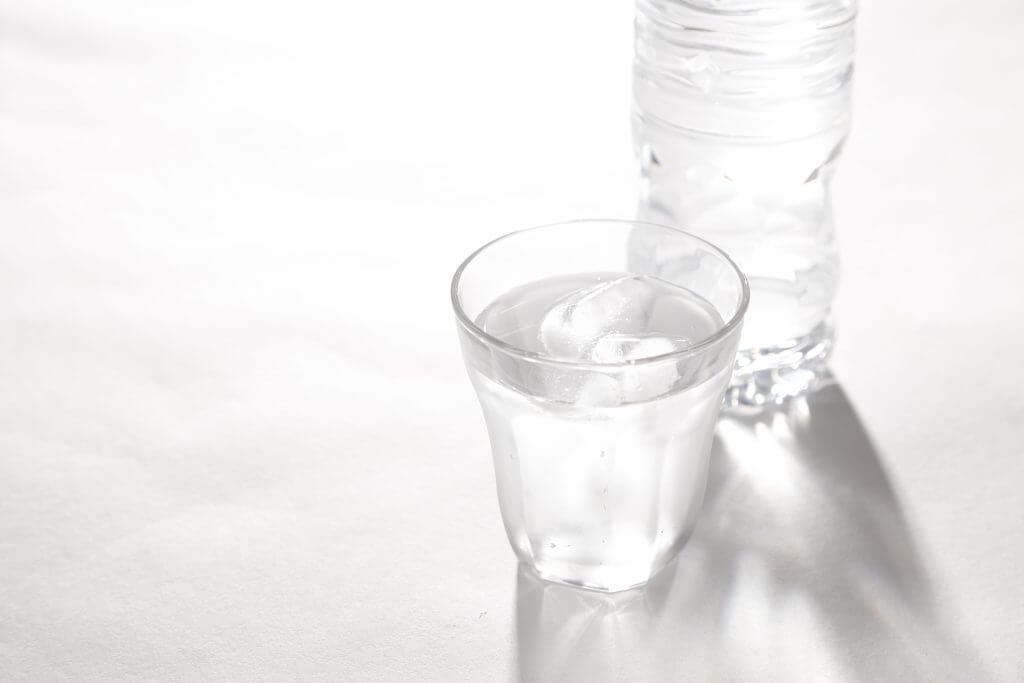ミネラルウォーターと水