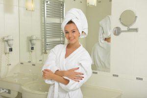 シャワー室にいる女性