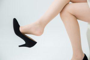 靴ずれをしてしまった女性
