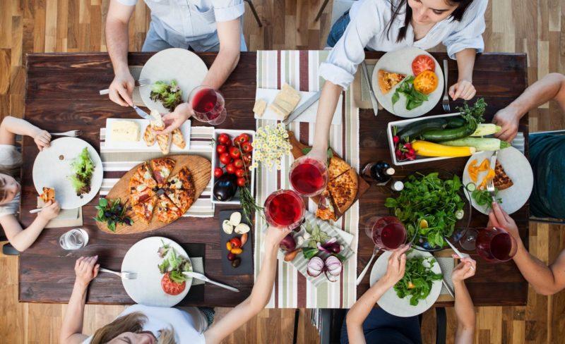 料理がテーブルに並んでいる