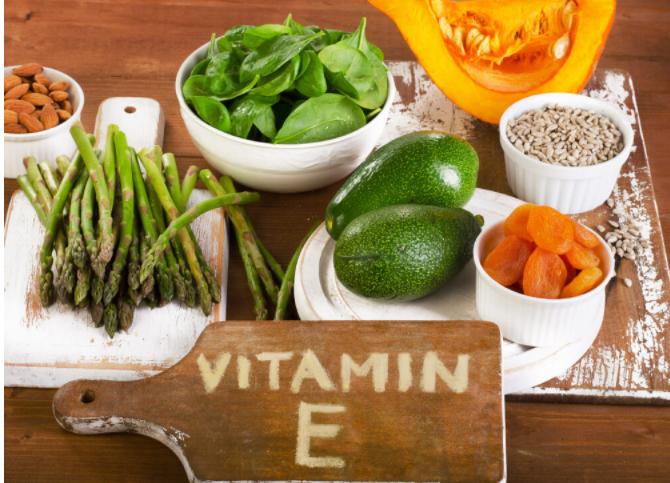 まな板に書かれたビタミンEの文字と野菜