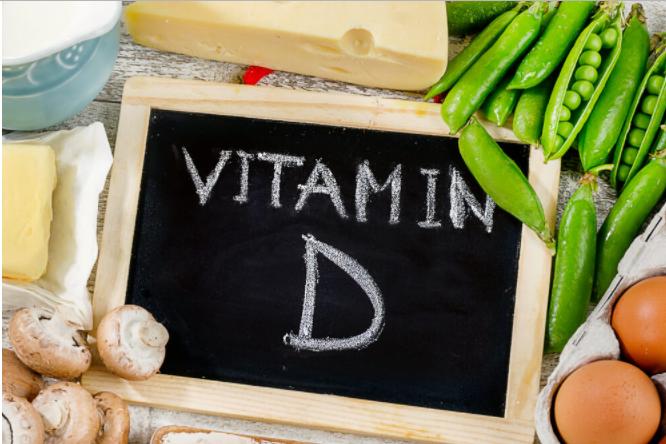 黒板に書かれたビタミンDの文字と野菜