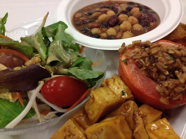 豆のスープと野菜料理