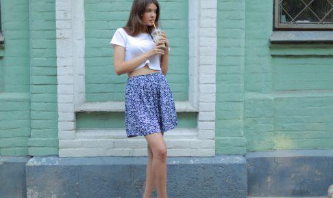 青いスカートの外国人女性