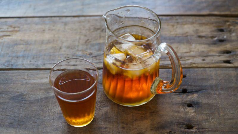 コップとポットに入ったハトムギ茶