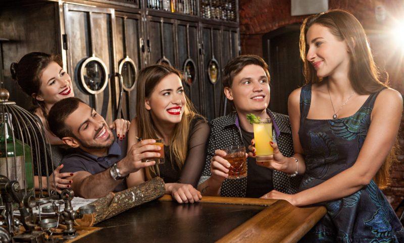 バーで飲んでいる男女