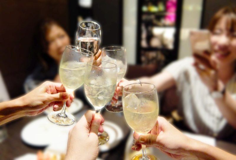 乾杯する女子達