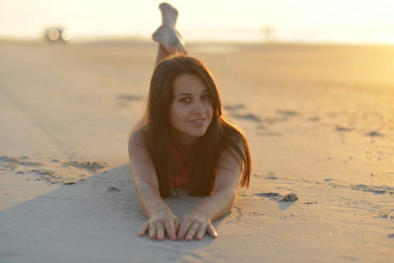 浜辺でくつろぐ女性