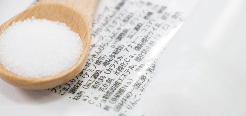 食品添加物の表記とスプーンにのった食品添加物