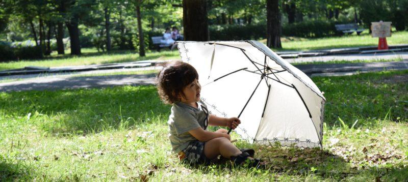 傘を持つ少年