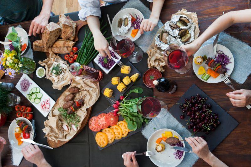 テーブルに並んだ様々な料理