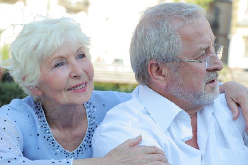年老いた外国人夫婦