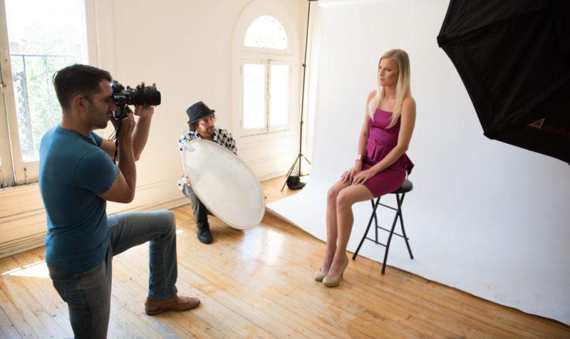 写真撮影をしている女性