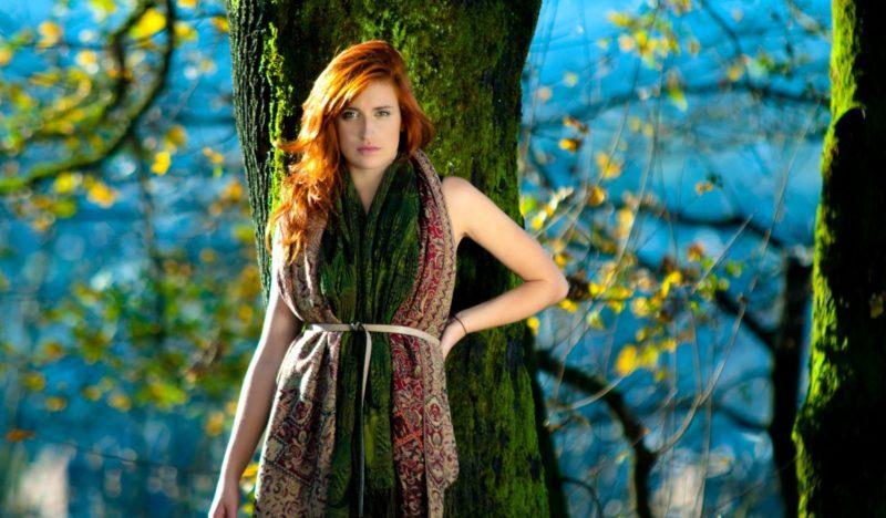 木の前で立っている女性