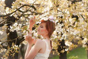 花冠をしている女性