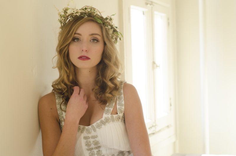 花飾りをした白い服の女性