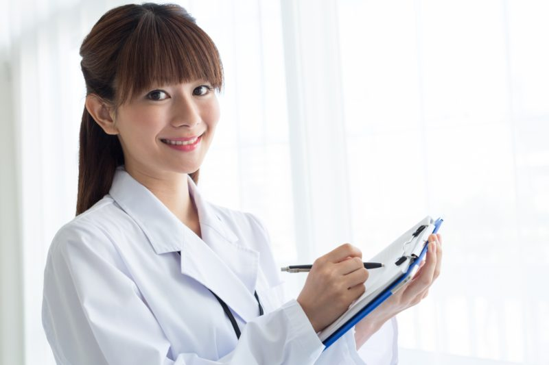 白衣を着ている女性医師