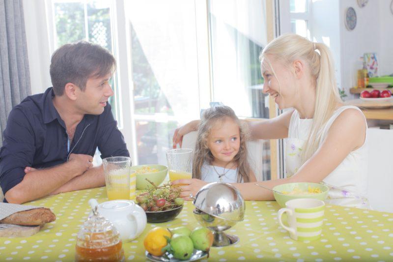 家族で食事をする写真