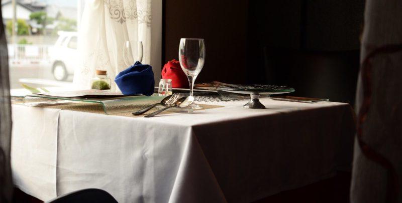 テーブルの上に置かれたグラス