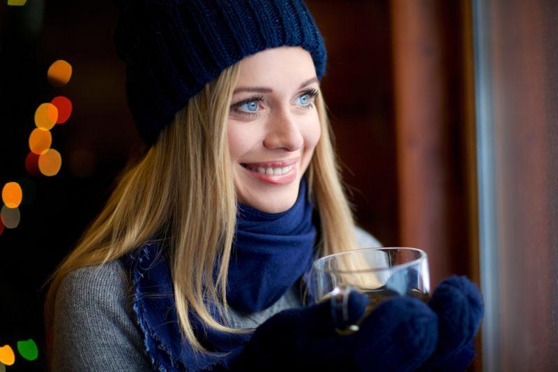外でコーヒーを飲む美人外国人女性