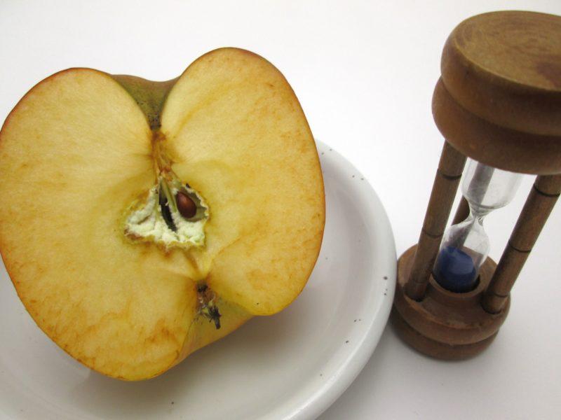 酸化したリンゴと砂時計