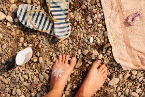 日焼け止めで足に書かれた太陽を