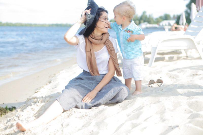 海辺にいる親子