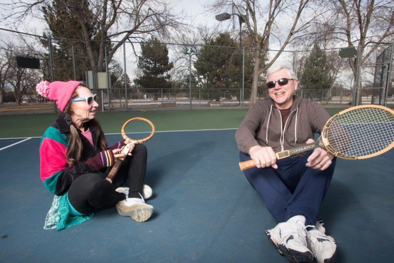 テニスをしている外国人夫婦