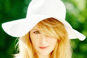帽子をかぶった金髪の女性