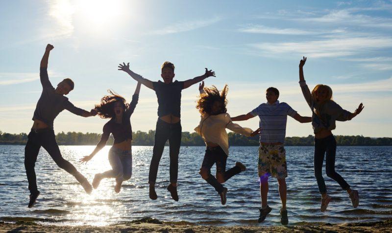 海辺に集まる若者達