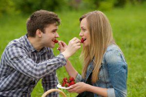 いちごを食べるカップル