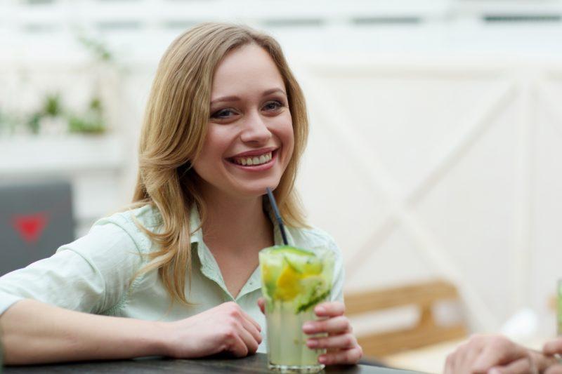 カフェでジュースを飲んでいる女性