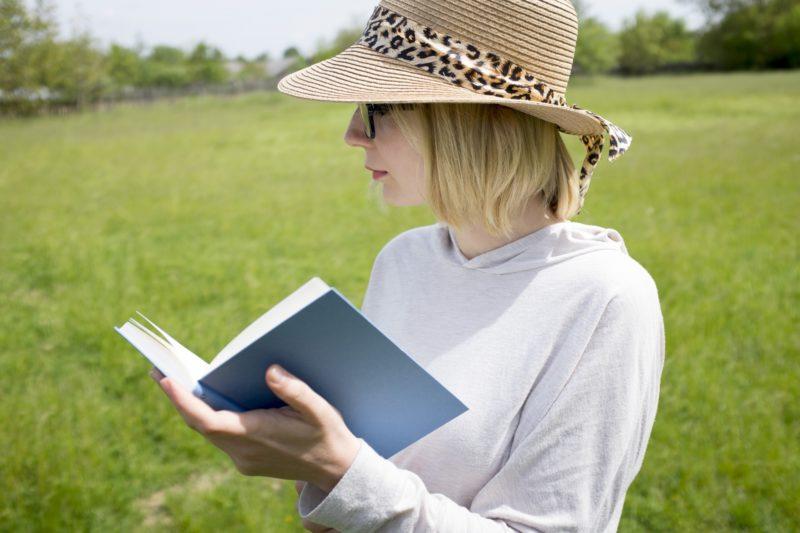 本を読むパーカーの女性
