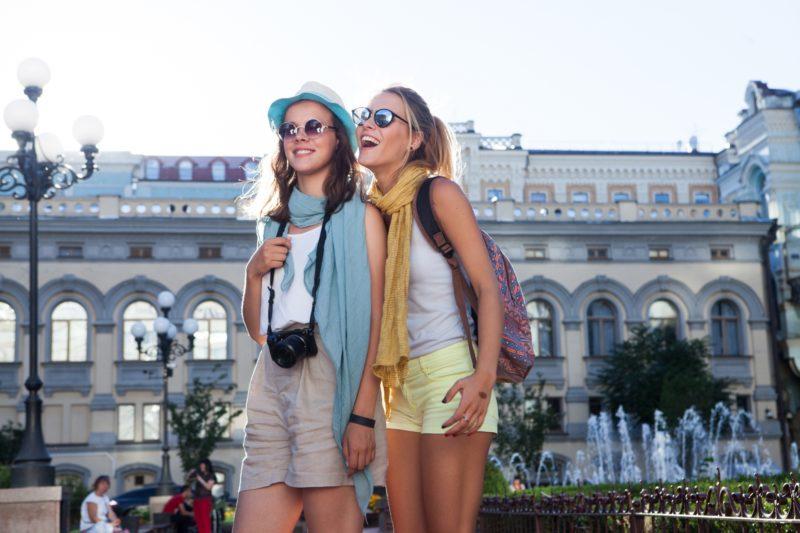 女子旅を楽しむ人