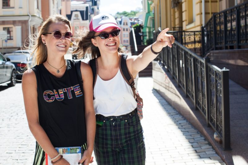 街中を移動している女性達