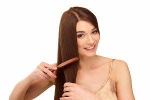 髪をとかす美人外国人女性