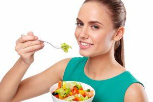 サラダを美味しそうに食べる女性