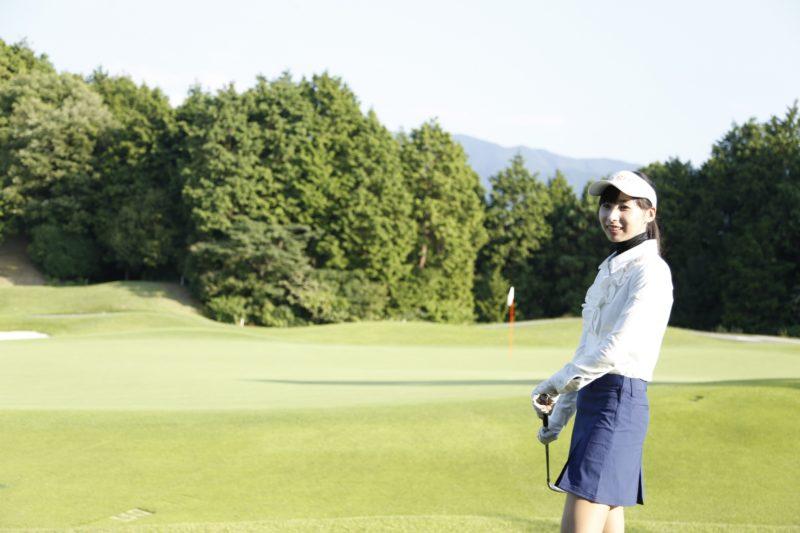 ゴルフ場と女性プレイヤー