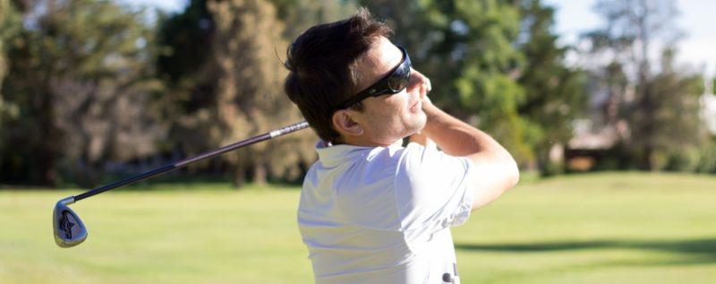 サングラスをかけた男性ゴルファー