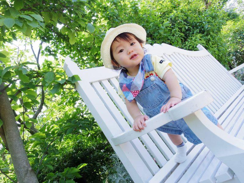 ベンチに立つ赤ちゃん