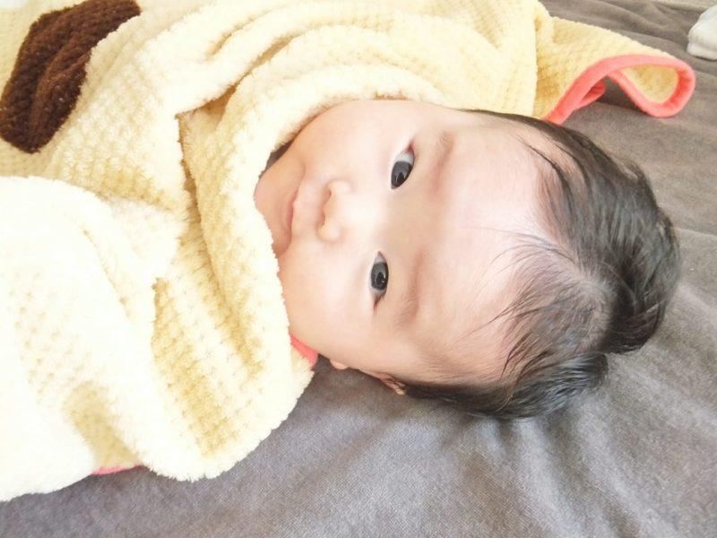 ケープに包まれる赤ちゃん