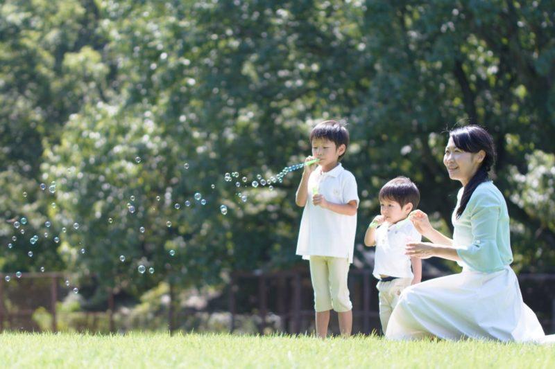 公園で遊ぶ母親と子ども