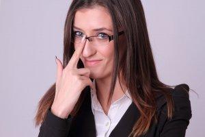 眼鏡をかけたスーツ女性