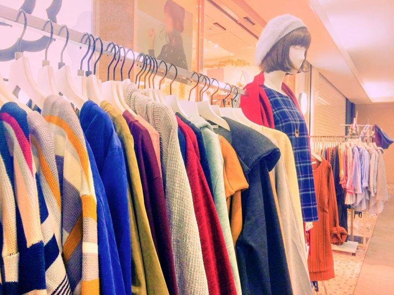 様々な服が陳列されているお店