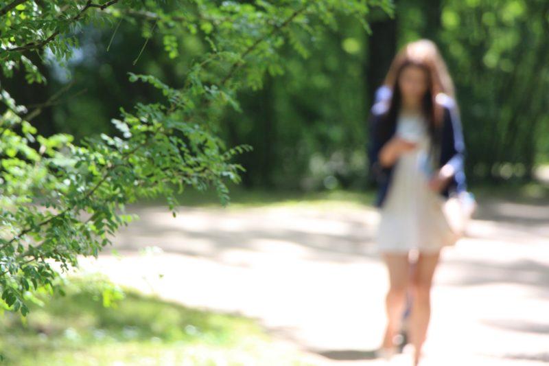 日向を歩いている女性