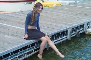 桟橋に腰掛けている女性